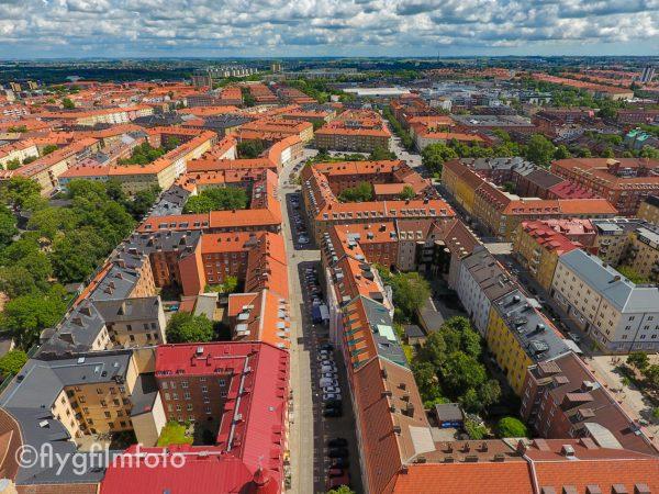 Simrishamnsgatan är en livlig gata på Möllevången i Malmö. Här finns restauranger, kaféer, grönsakshandlare och butiker. I bortre (östra) änden möter den Jesusparken och Nobelvägen. Flygfoto: ©2016 Marko T Wramén/Flygfilmfoto